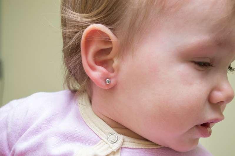 Una discusión polémica e interminable: ¿perforarías las orejas de tu niña pequeña?
