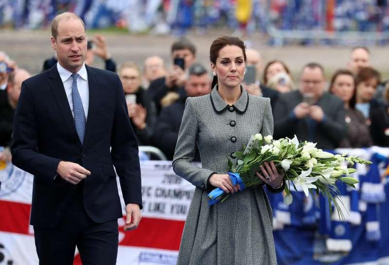Precisava disso tudo? Kate Middleton usa look caríssimo para tributo a vítimas de acidente de helicóptero