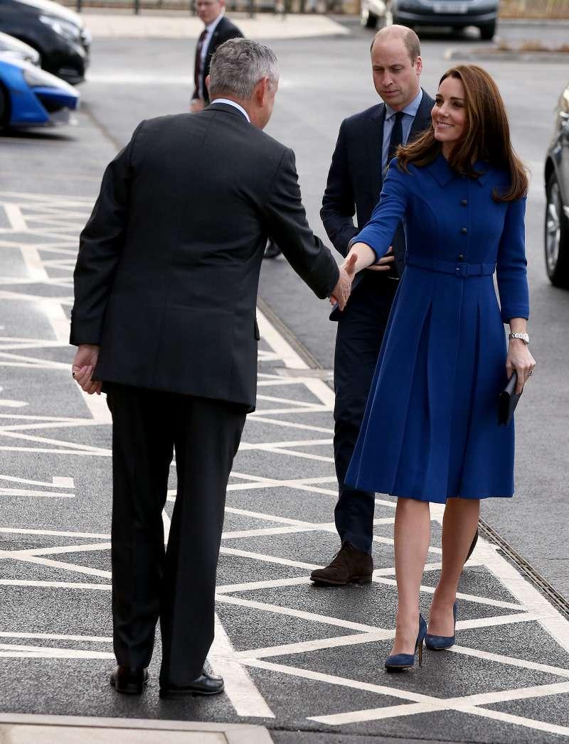 Cosa nascondi nella borsetta, Kate? Un biografo ne rivela il contenuto segretokate middleton blue dress