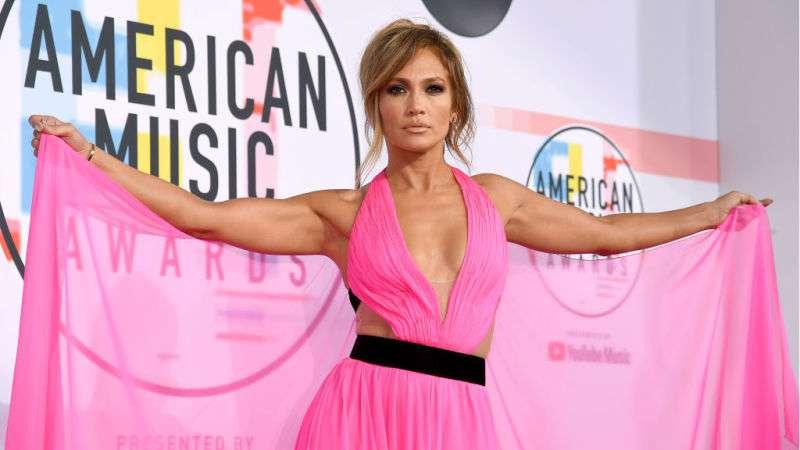 La superbe diva : Jennifer Lopez affiche ses courbes sexy dans une extraordinaire robe en satin noir et bleu