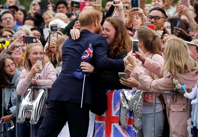 Prinz Harry beweist, dass er ein richtiger Schatz ist, weil er gegen das royale Protokoll verstieß, um eine Witwe zu trösten