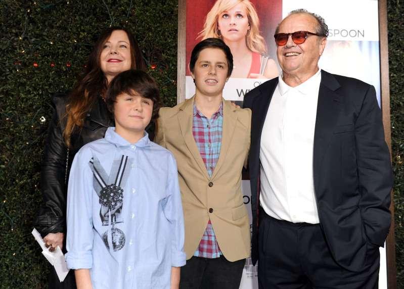 Rare sortie père-fils, Jack Nicholson a été aperçu avec son fils Ray âgé de 26 ans. Il est plutôt beau garçonjack nicholson posing with kids