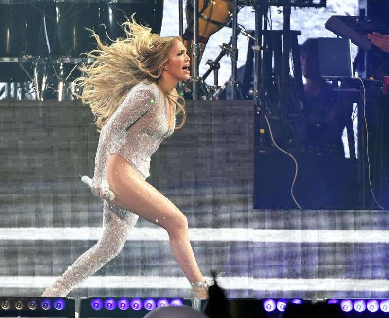 Halbe Hosen: J.Lo, Rita Ora und andere Promis folgen einem albernen Trend