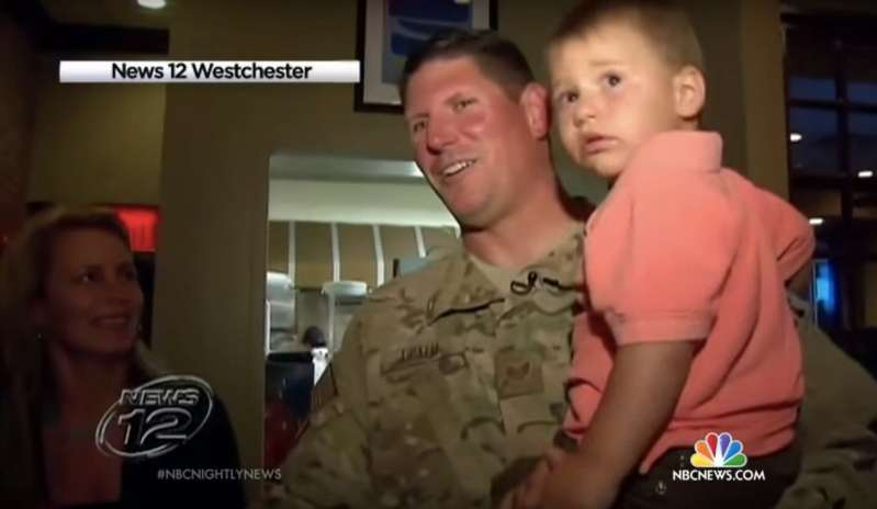 Niño de 4 años se despide de su padre, un oficial de policía honorable, con un gesto lleno de encanto