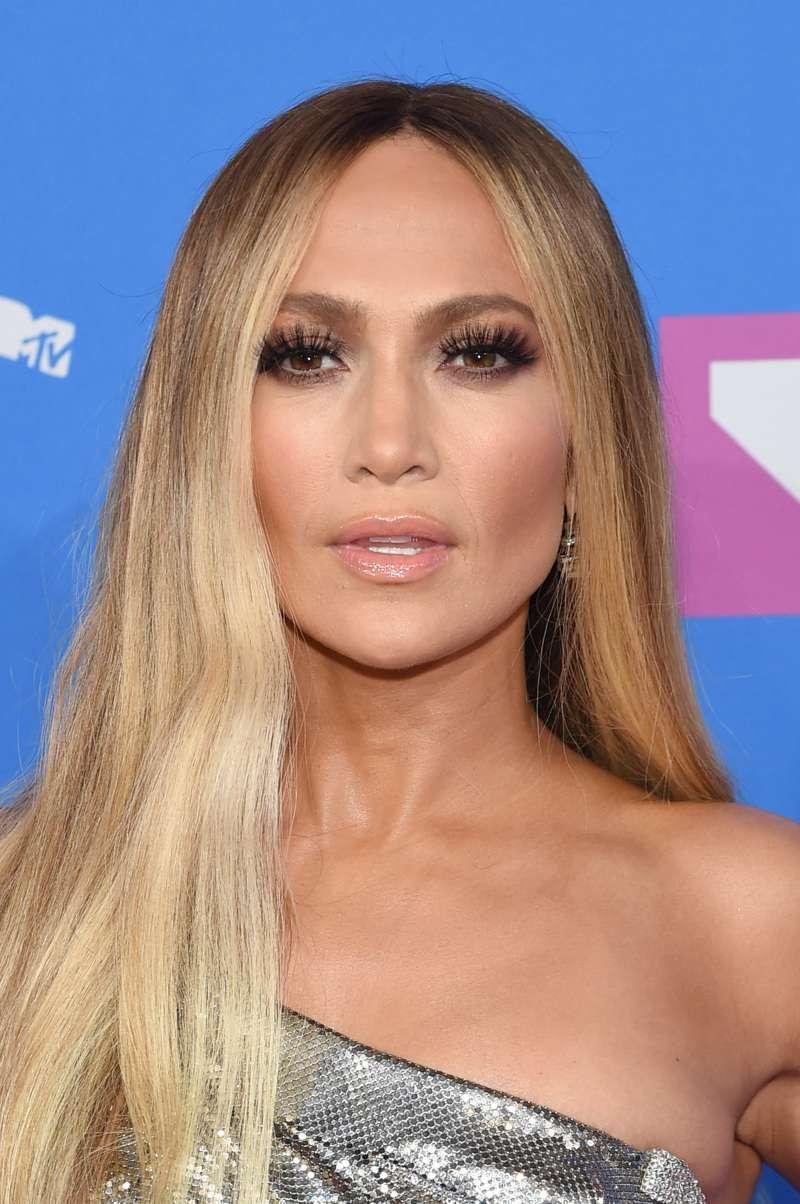 Jennifer Lopez ha perso l'equilibrio durante un concerto ed è caduta di fronte al pubblico