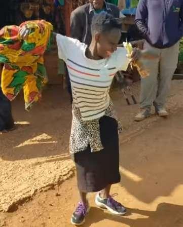 En Afrique, une femme danse de joie après avoir reçu sa première paire de chaussures
