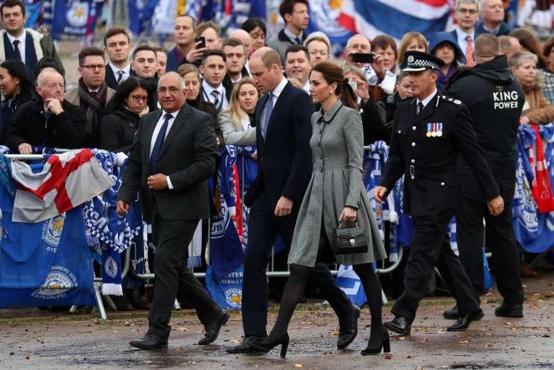 Ni el duelo la hace perder el estilo: Kate Middleton lució un atuendo de $17.000 en un tributo póstumo