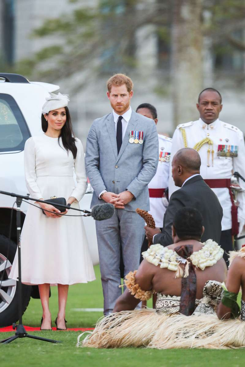Mode in den Farben Schwarz und Weiß: Wie Meghan Markle zur Stilikone wirdmeghan markle and prince harry in fiji