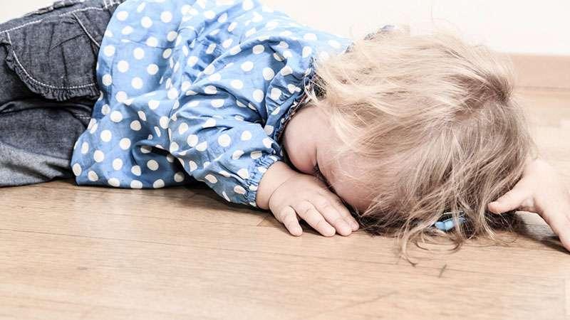 Les parents doivent être conscients du danger : un bébé décède dans un siège auto posé sur un lit durant sa siesteadad