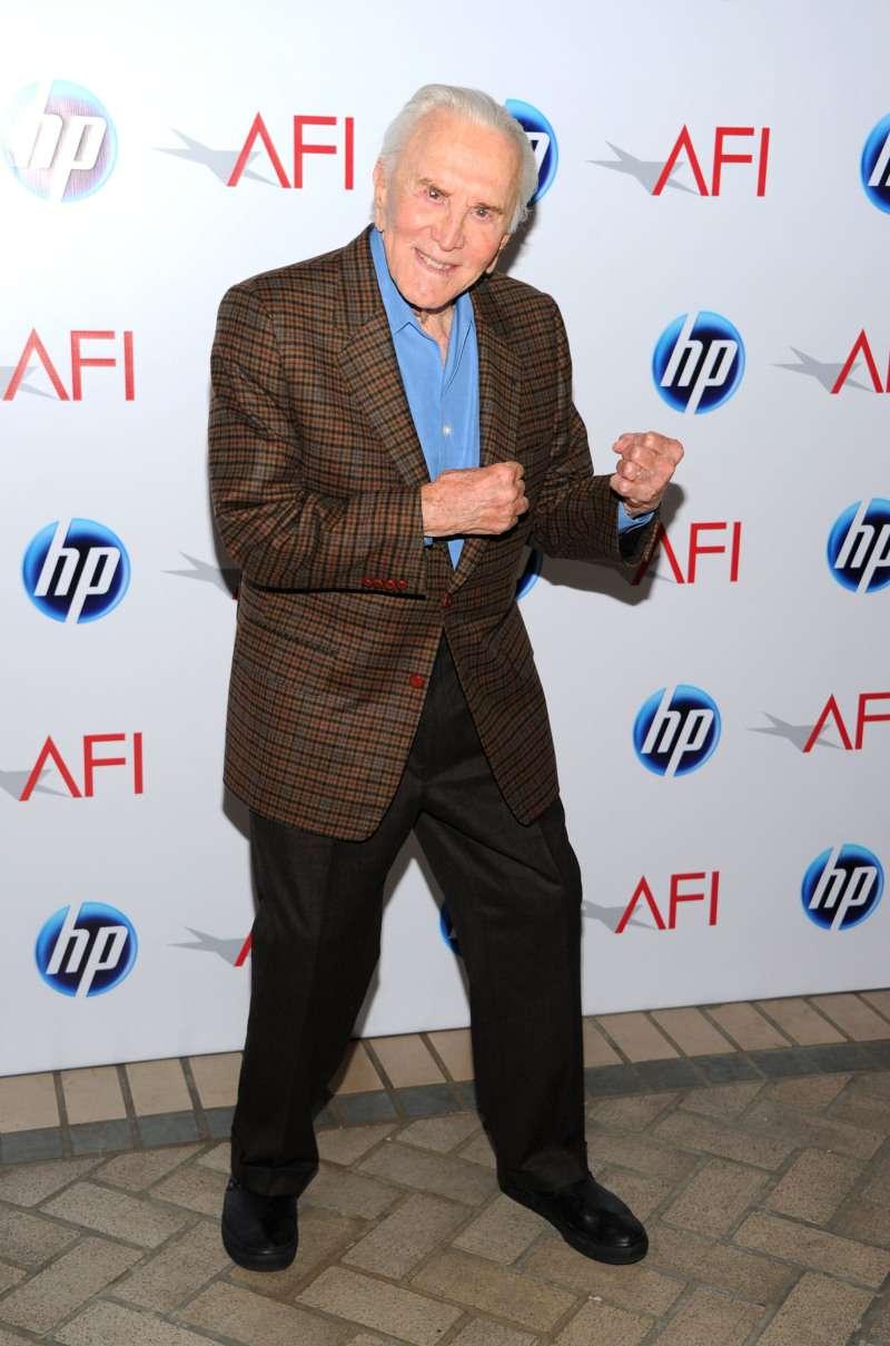 Kirk Douglas zeigt seine Kondition im viralen Video, welches er seinem 100. Geburtstag widmete
