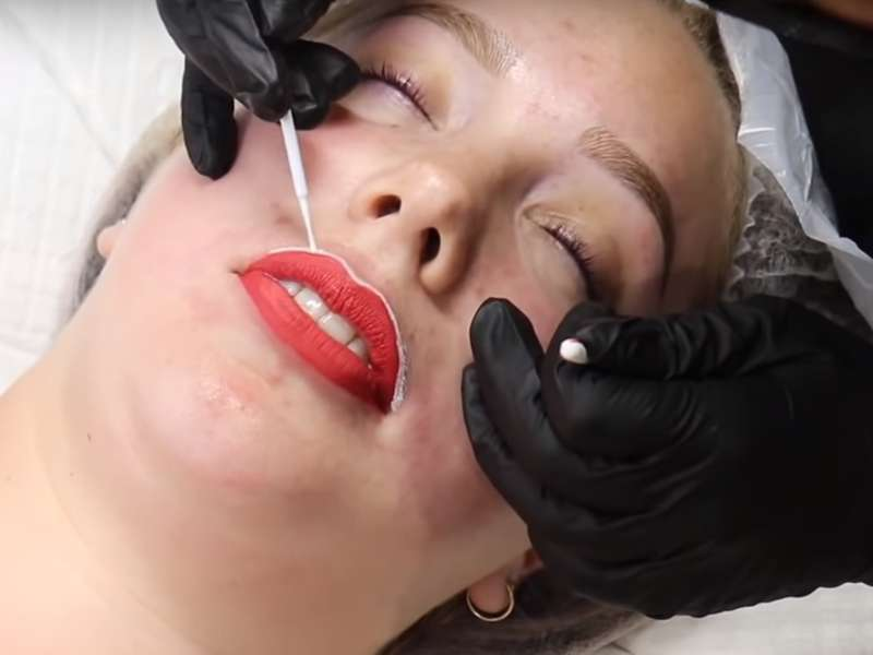 Женщина решила сделать популярную процедуру - татуаж губ, засняв весь процесс на видео!