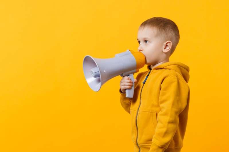 Alleinerziehender Vater ficht Räumungsbefehl aufgrund von Beschwerden über seinen dreijährigen Sohn an, der zu laut sei