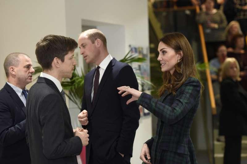 Почему Кейт Миддлтон не снимает верхнюю одежду на публике?Почему Кейт Миддлтон не снимает верхнюю одежду на публике?Почему Кейт Миддлтон не снимает верхнюю одежду на публике?kate middleton coat