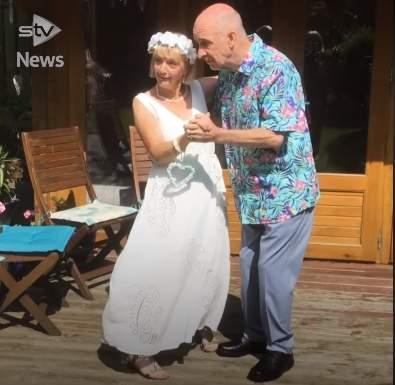 Más allá de la enfermedad: hombre con demencia vuelve a casarse con su esposa pensando que no la conocía