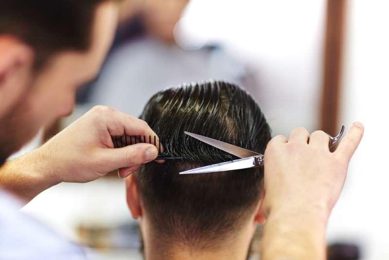 Tagliare capelli uomo a casa