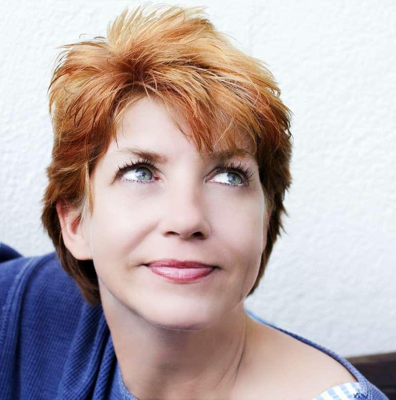 """Mulher de 65 anos passa por transformação em programa de TV e deixa o marido chocado: """"Você está 20 anos mais jovem""""red-head woman posing"""
