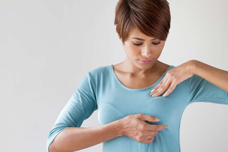 Une femme chez qui on a diagnostiqué un cancer du sein au stade 3 partage un curieux symptôme qu'elle a négligé