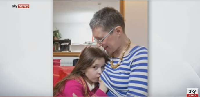 """Menschen verurteilen eine Frau, die ihre 7-jährige Tochter stillt, weil es das Mädchen """"gesünder und glücklicher"""" macht"""
