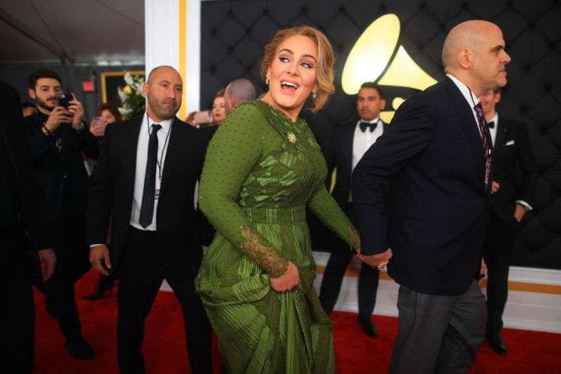 Débarrassée de son mari et de plusieurs kilos en trop, Adele a été vue en compagnie d'un homme marié