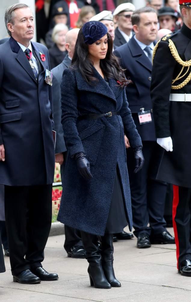 Meghan Markle a l'air sombre mais fabuleuse avec son manteau bleu marine et son chapeau assorti
