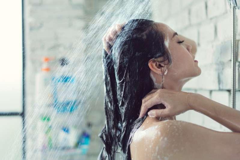 Ragazza di 14 anni muore folgorata per aver utilizzato in bagno il suo smartphone senza precauzioniRagazza di 14 anni muore folgorata per aver utilizzato in bagno il suo smartphone senza precauzioni