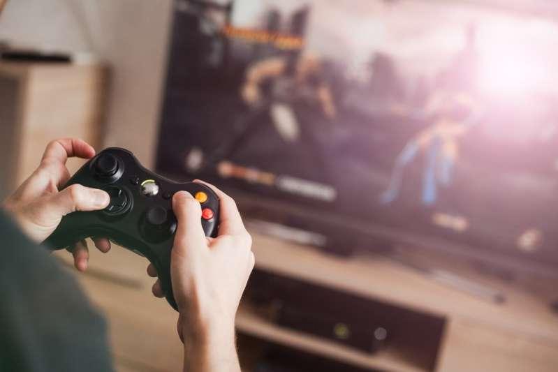 Der 13-jährige Junge wird von seiner Mutter gefüttert, da er sich weigert, sein Videospiel zu unterbrechen. Sollte die Abhängigkeit von Videospielen Eltern Sorgen machen?