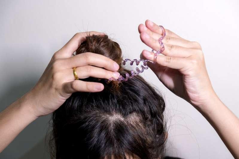 Мама чуть не задушила ребёнка своими волосами, пока спала, и теперь предупреждает других родителейwoman tie bun hair with hairband