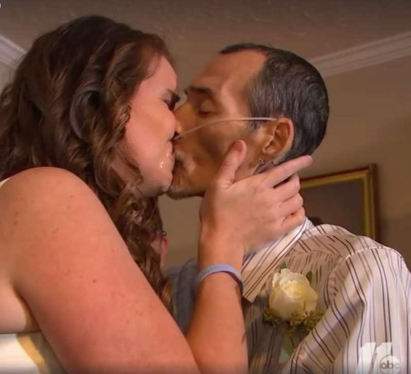 """""""Espere por mim!"""": Mulher renova seus votos com marido dias antes de ele falecer por causa do câncer"""