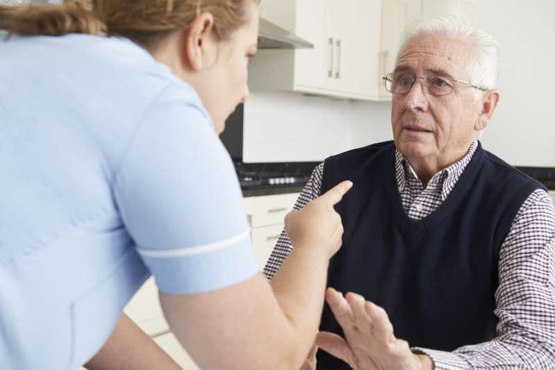 Personne ne devrait subir cela. La maltraitance des seniors n'est pas un mythe, mais une terrible réalitéNursing Staff Mistreating Elderly Man