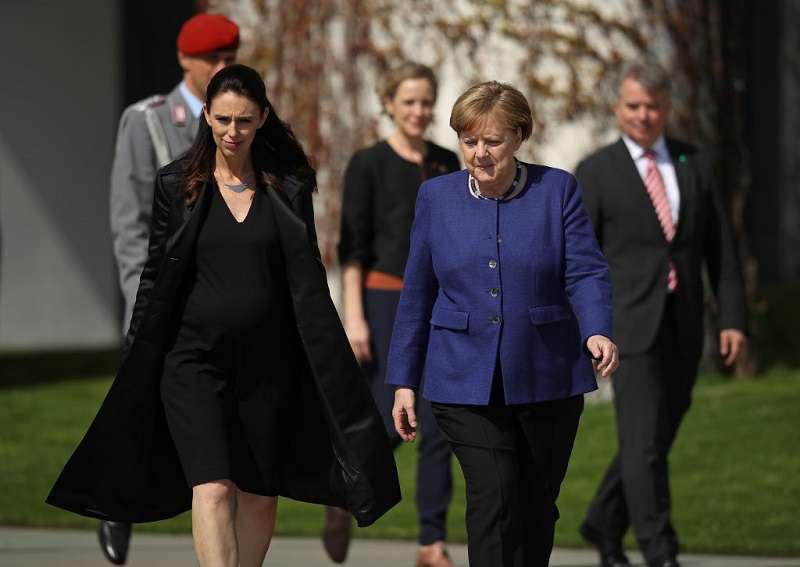 """La chancelière allemande en robe de soirée : avez-vous déjà vu Angela Merkel en version """"plus jeune"""" ?"""