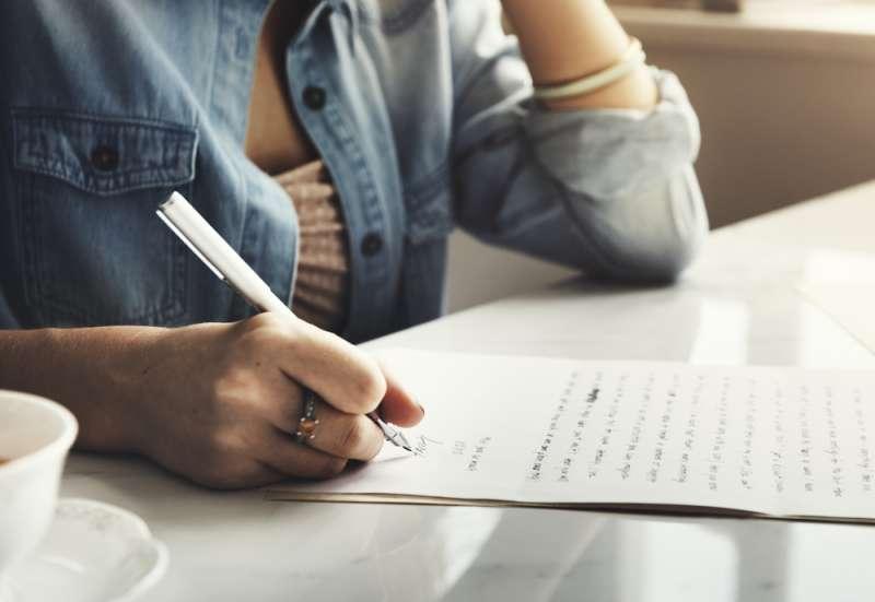 Hinterlistige Symptome von Parkinson, die viele Leute nicht ignorieren würden, wenn sie den Zusammenhang kennen würdenGirl Writing Letter Home Concept