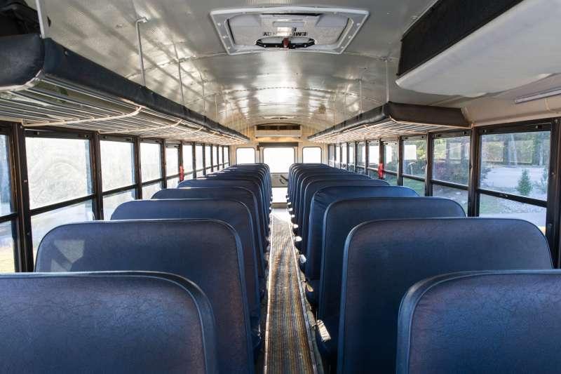 Menino de 3 anos é esquecido em ônibus escolar e depois de horas foi encontrado sem vida. Família está devastadainside school bus