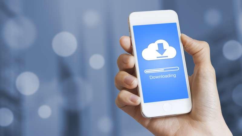 7 простых действий, которые продлят жизнь вашей маме7 простых действий, которые продлят жизнь вашей мамеHand holding a phone with download bar and cloud on screen