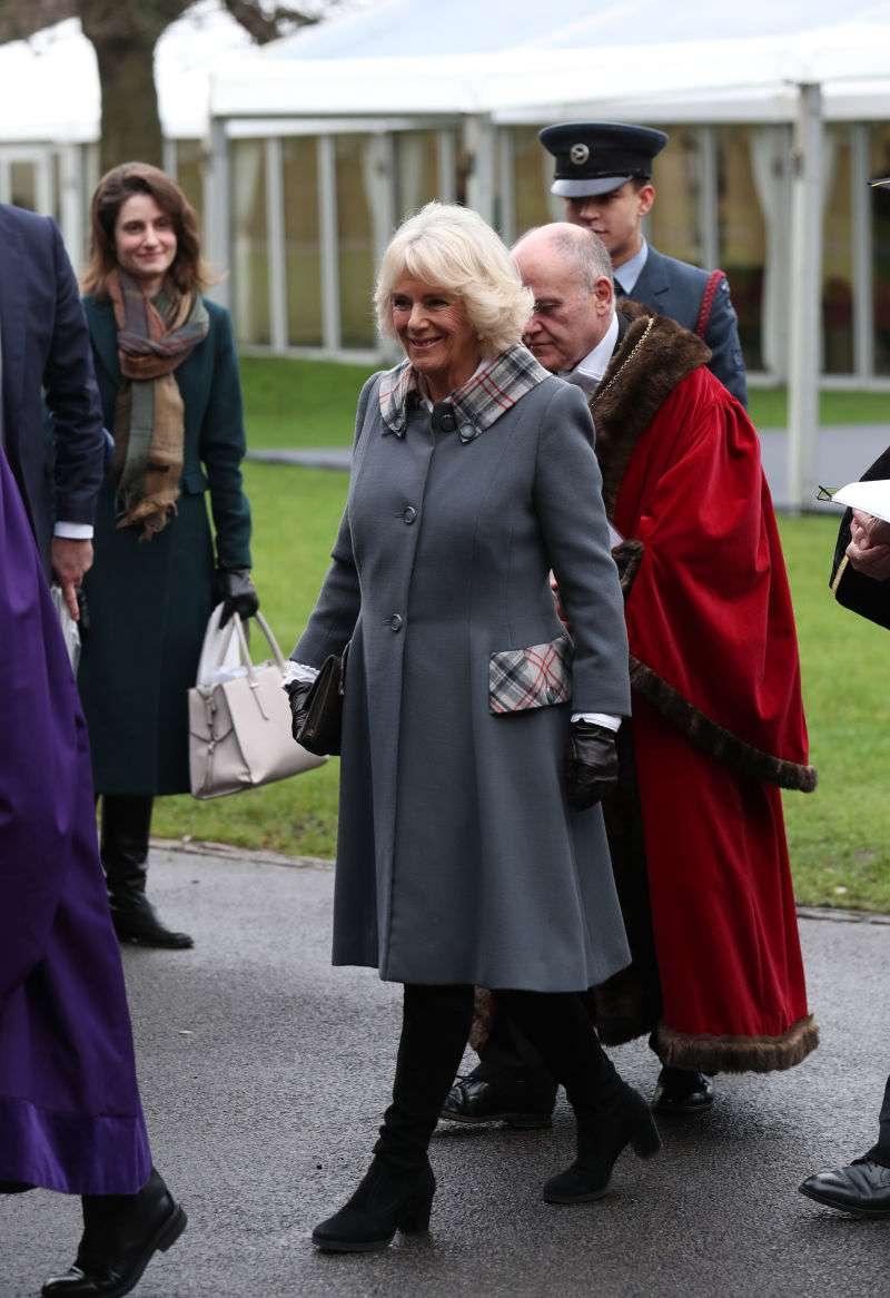Reine de la piste ! Duchesse Camilla esquisse un pas de danse dans une robe vert émeraude au 'Jewish Centre'