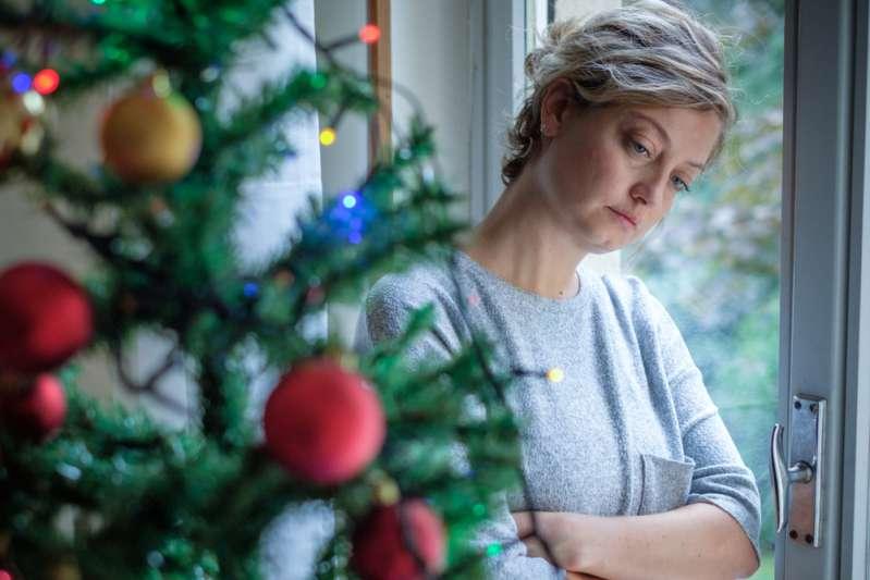 Una donna è stanca di trascorrere tutti gli anni il Natale da sola perché la suocera invita soltanto suo marito ignorando leiWoman feeling alone during christmas holiday