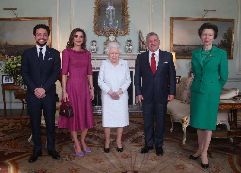 Das ist beunruhigend! Ein 'schrecklicher Bluterguss' an der linken Hand der Königin. Die Fans waren wirklich besorgt