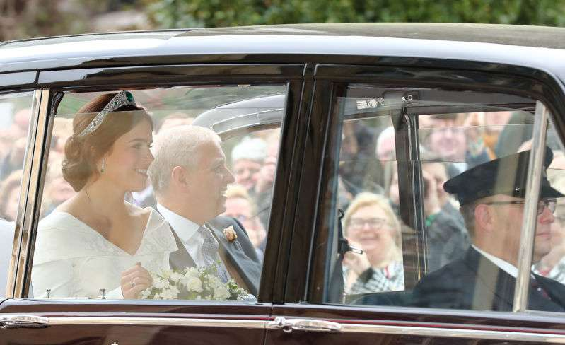 Mozzafiato! La principessa Eugenie incanta col suo meraviglioso abito da sposa all'arrivo alla cerimonia reale in a wedding dress