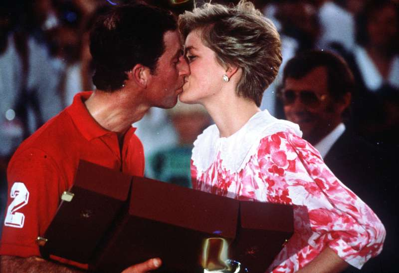 La princesse Diana dans un bar gay ? Travestie en homme, en compagnie de Freddie Mercury, oui elle l'a fait.-