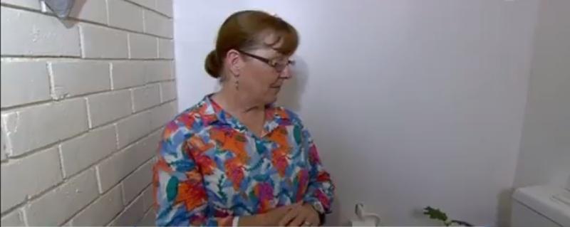 """""""Ich fühlte diesen stechenden Schmerz  in meinem Hintern."""" Frau wird von Pythonschlange gebissen, die in ihrer Toilette lauert, während sie versucht aufs Klo zu gehen"""