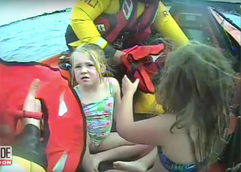Qué miedo: 2 niñas de 5 años fueron llevadas a casi un kilómetro de la costa en un cisne inflable