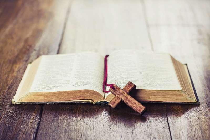 Mujer de 90 años perdió todo durante un incendio, excepto una Biblia que tenía desde hace 75 años