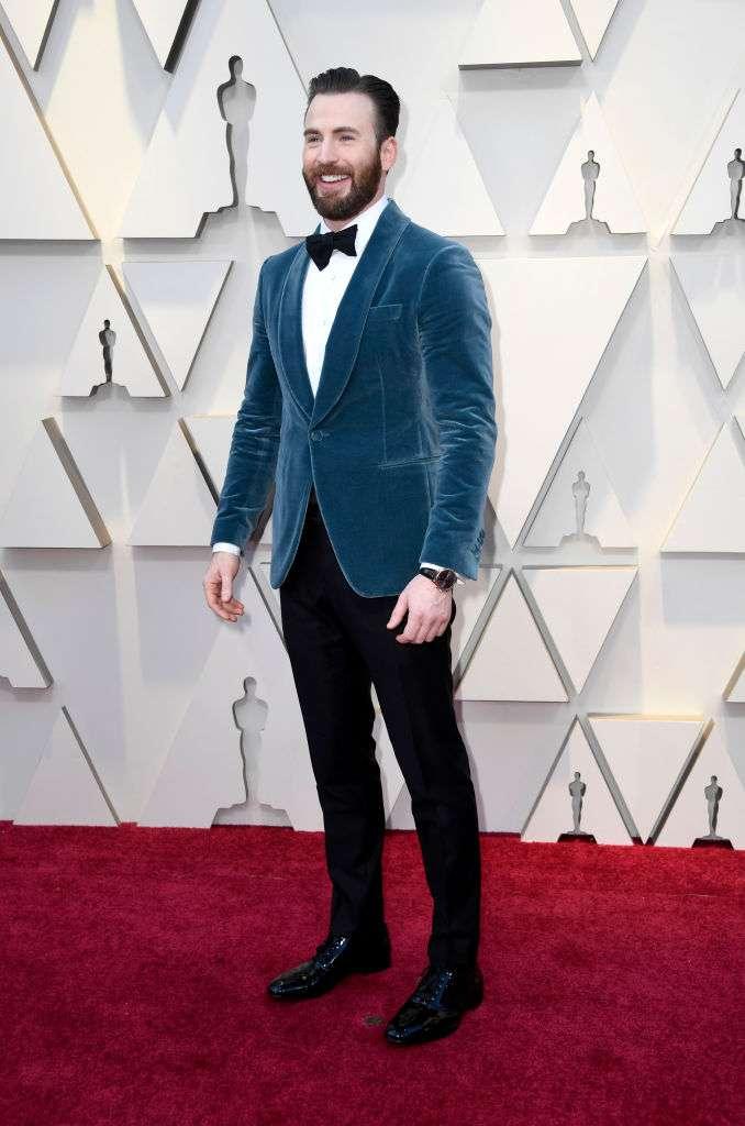 Ein heldenhafter Gentleman: Chris Evans hilft Regina King die Treppe hinauf, um ihren ersten Oscar zu erhalten, und seine Fans können nicht aufhören, ihn zu loben