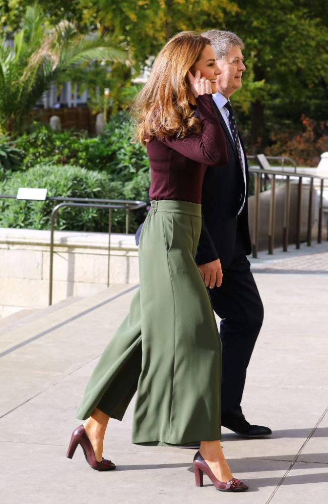 Elegante, pero audaz: En colores caqui y burdeos, Kate Middleton volvió a marcar tendencia para el otoño