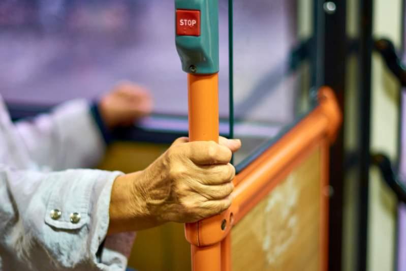 """""""Il m'a faite pleurer"""" : une femme de 90 ans a été dénigrée et expulsée d'un bus pour une carte expirée"""