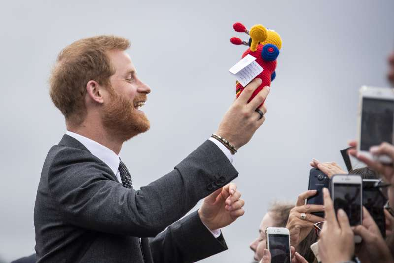 Experto en lenguaje corporal cree que el príncipe Harry reveló por error el sexo de su futuro bebé
