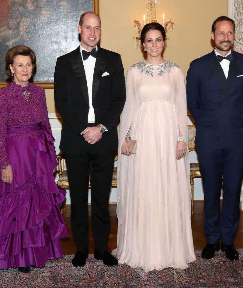 Что общего между двумя вечерними платьями очень беременных Кейт и Меганkate middleton