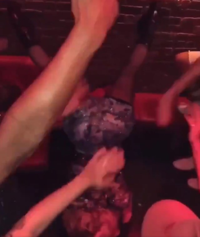 """Madonna, 60 ans, fait le poirier et offre quelques mouvements de """"twerk"""" lors d'une fête"""