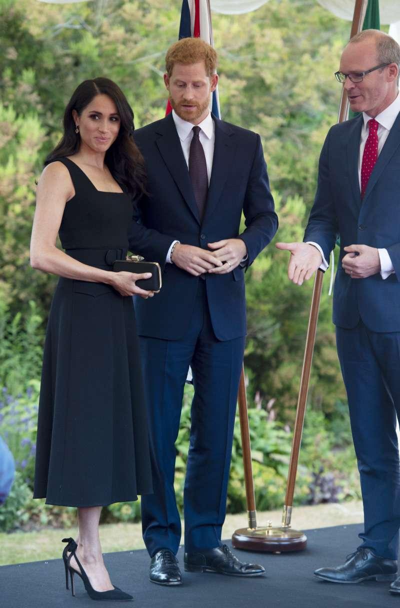 Meghan Markle hat das dritte Paar der gleichen Heels gekauft. Welche Farbe diesmal?meghan heels