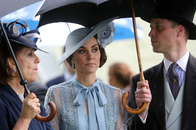Irrispettosi! Il Principe William e Kate Middleton ignorano la Regina al Royal Ascot e la fanno attendere