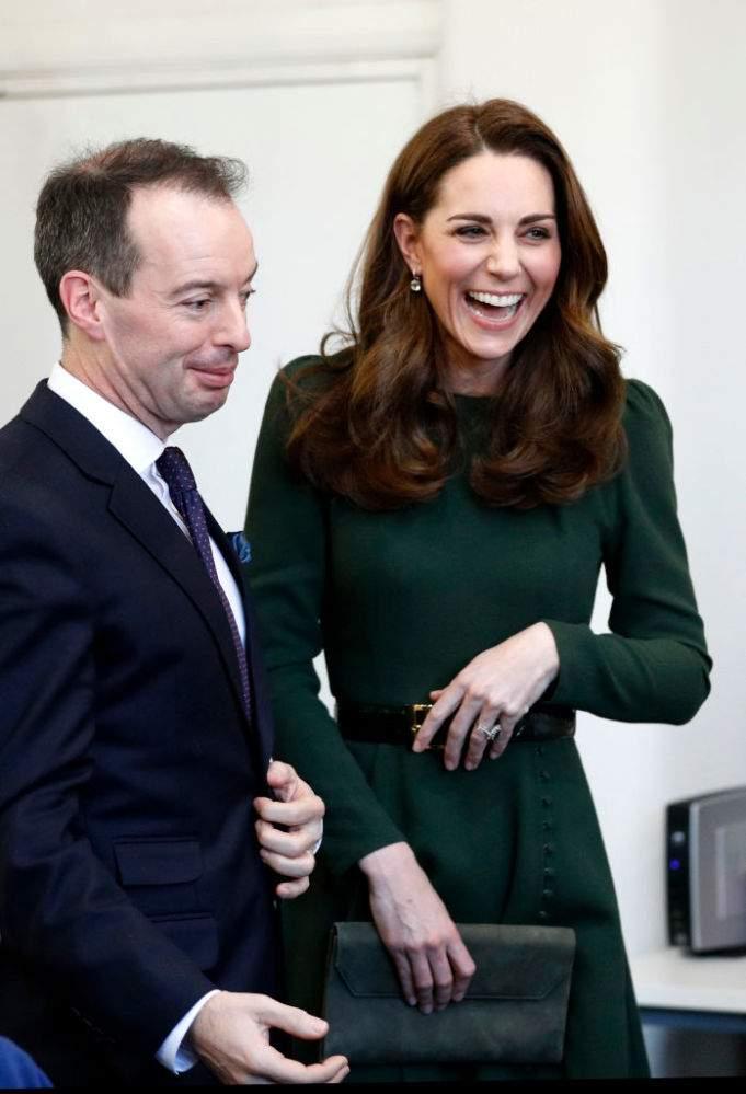 Duchesse économe ! Kate Middleton dépoussière sa robe olive préférée  et paraît plus belle que jamais pour un thé au Tusk Awards